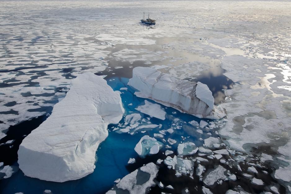 RV Lance i isen, nord for Svalbard under isbjørntellingen på norsk side i august. (Foto: Nick Cobbing)